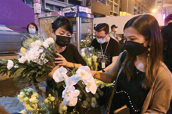 由於警方不讓市民靠近太子站出口,立法會議員毛孟靜及區議員何啟明在旁協助市民獻花。