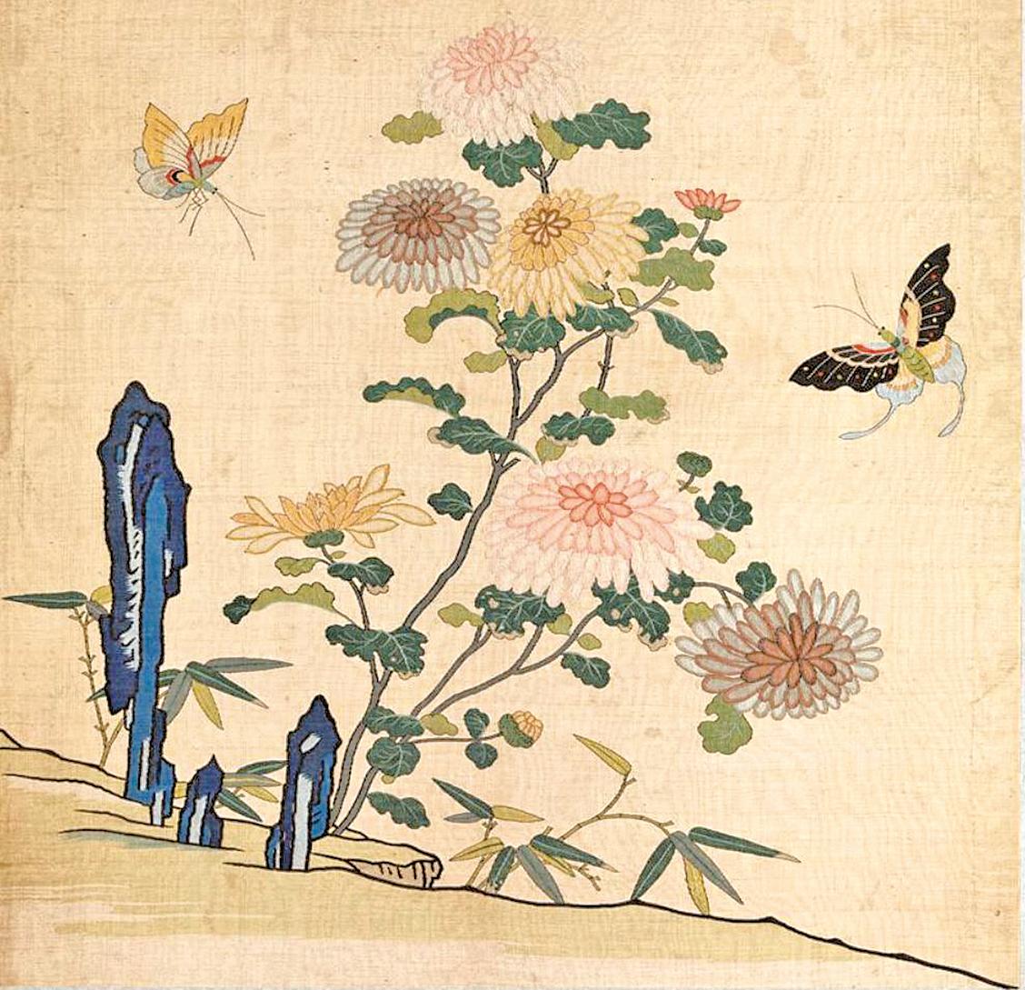 緙絲花卉《刻絲花卉冊.菊花雙蝶》,國立故宮博物院藏。(公有領域)