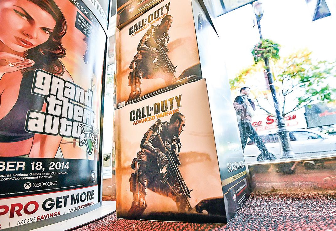 近日,美國遊戲公司發佈「使命召喚」遊戲系列的最新作品預告片,因出現「六四」歷史畫面,涉及到中共的敏感內容,視頻很快消失在中國的社交媒體上。圖為2014年,在紐約的一家頂級遊戲商店中,投放用於宣傳「使命召喚」電視遊戲的盒子。(Getty Images)