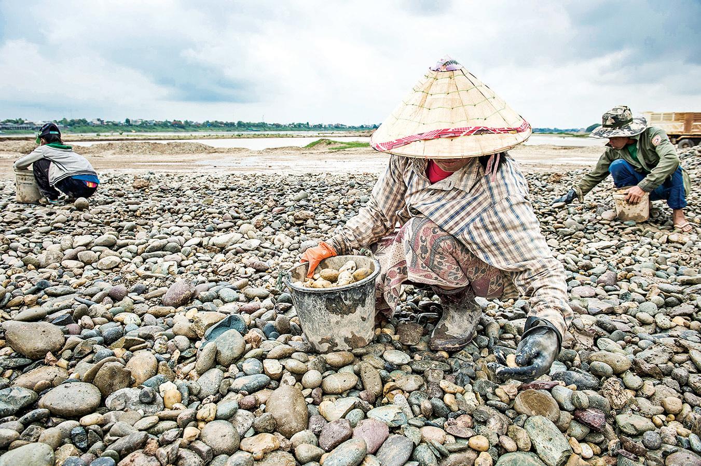 中共在湄公河上游攔水,危及下游多國水源。圖為老撾湄公河段原是一條重要的水路,現在河床裸露,很多漁民變成了採石工。(Getty Images)