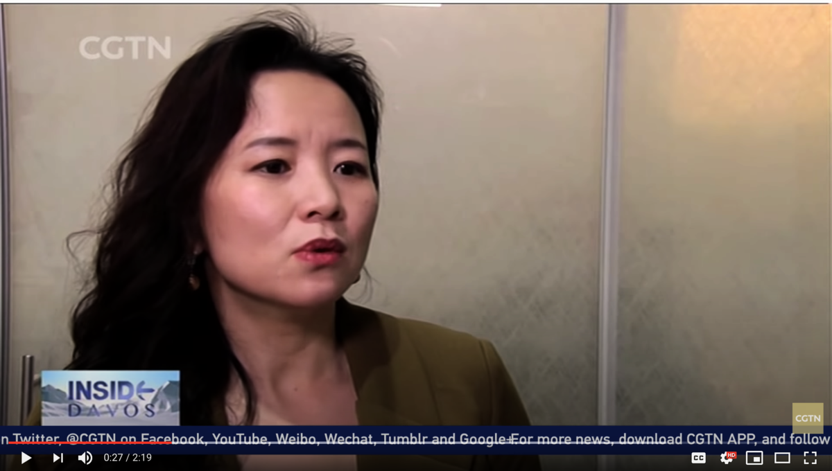 2019年1月成蕾在CGTN達沃斯論壇報道節目中採訪瑞銀集團主席。(影片截圖。)