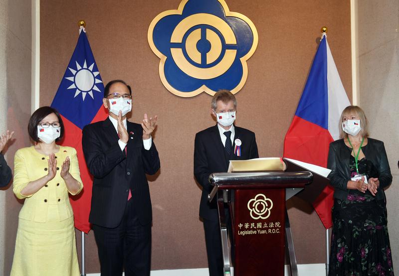 捷克參議院議長維斯特奇爾(右2)9月1日上午應邀於台灣立法院發表演講時,以中文說:「我是台灣人」。(中央社)