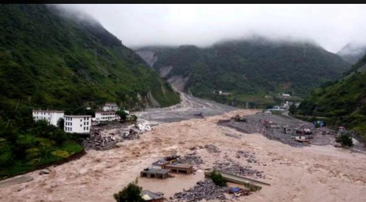 8月30日晚20時至31日上午8時,四川甘洛發生山體垮塌泥石流滑坡,阿兹鄉的一個村莊幾乎被夷爲平地。(網絡視頻截圖)
