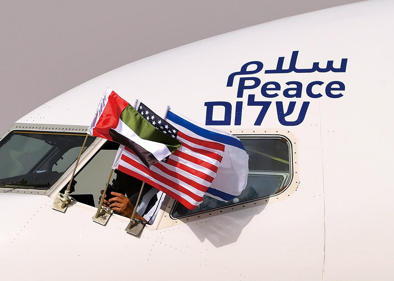 首次飛越沙特領空的以色列航空公司(El Al Israel Airlines)直航專機機身可見到以英文、希伯來文和阿拉伯文漆的「和平」字樣。(AFP)