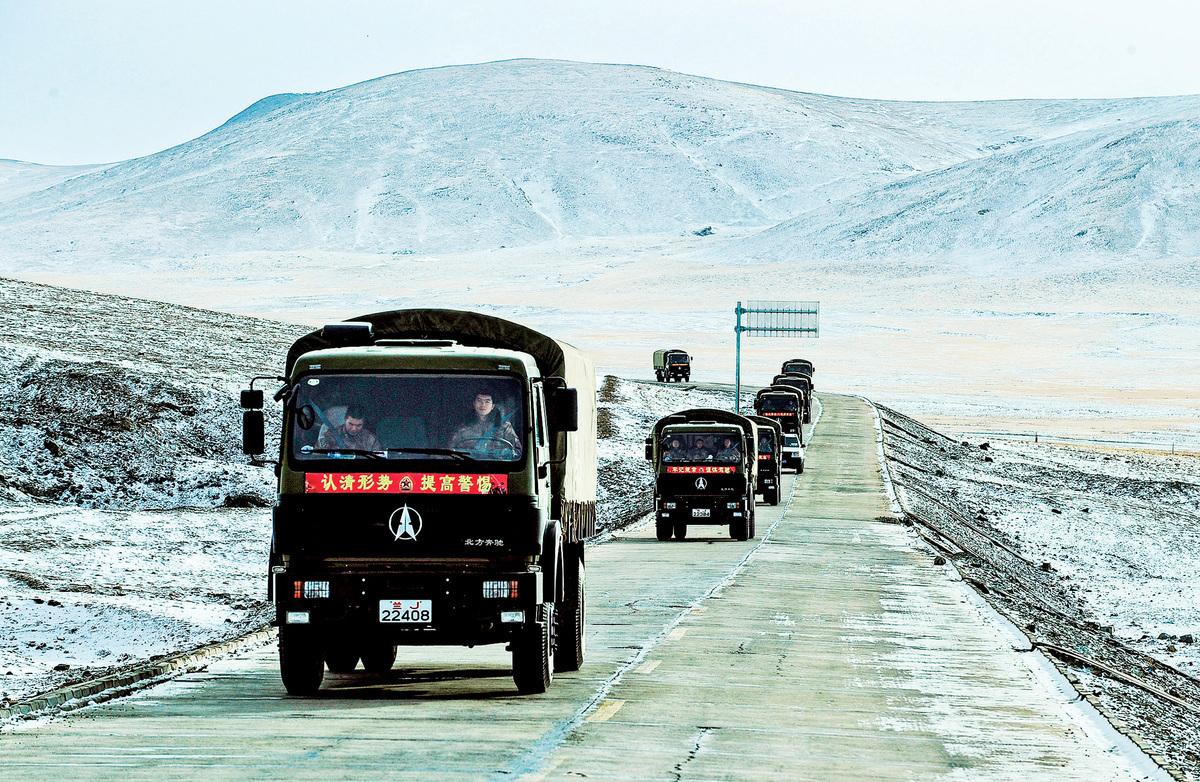 習近平要建川藏鐵路,成本巨高,環境傷害無法避免。圖為2010年,運送物資的一列軍車在青藏高原的公路上行駛。(Getty Images)