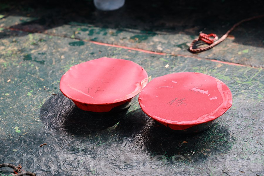 在水上祭幽的過程中,有一項重要的儀式是拋寶盆。(陳仲明/大紀元)