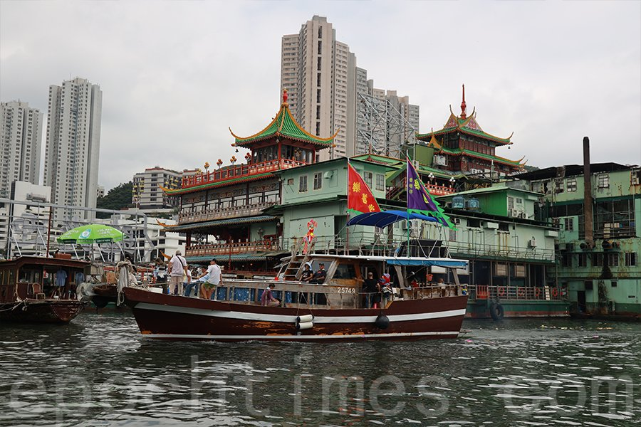 水上盂蘭的主船經過珍寶海鮮舫,在該處舉行儀式。(陳仲明/大紀元)