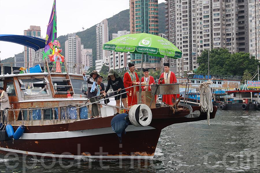 每逢黃曆七月十四日前夕,香港仔樂善堂的漁民後人都會按照傳統舉辦水上盂蘭勝會,圖為去年的儀式。(陳仲明/大紀元)
