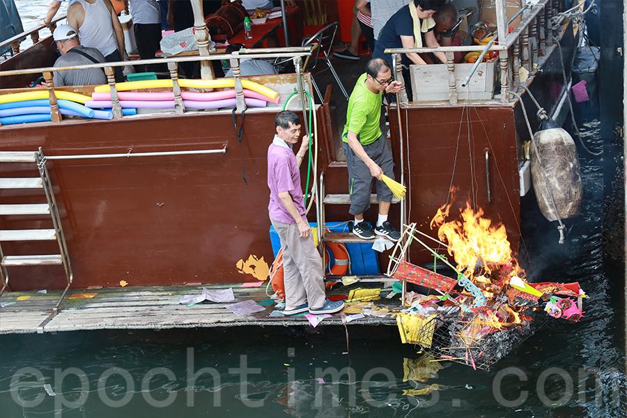 去年水上盂蘭化大士儀式。(陳仲明/大紀元)