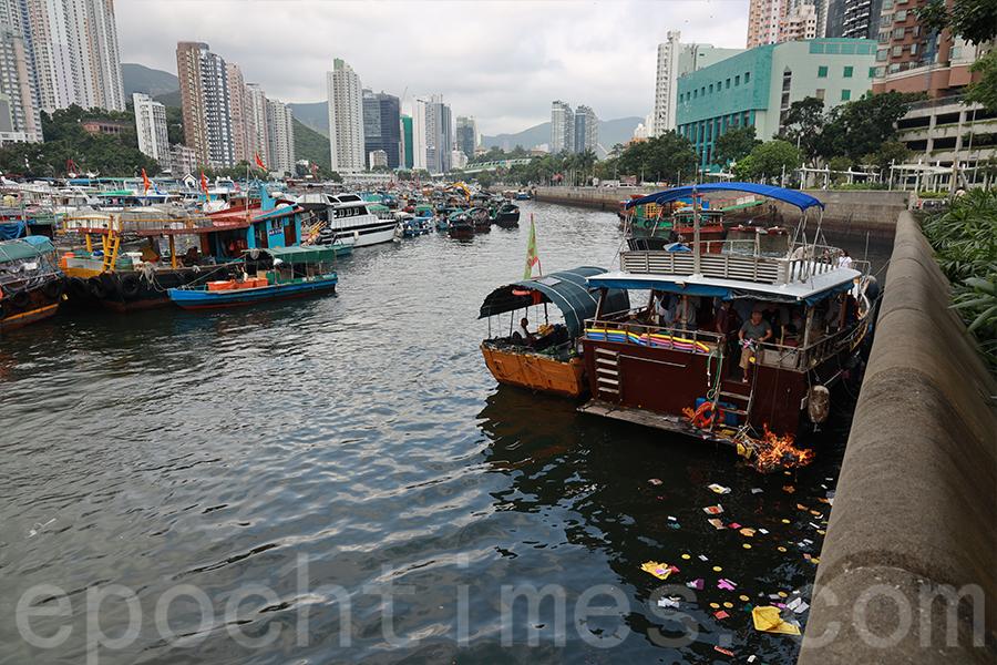 水上盂蘭在香港仔避風塘內舉辦。(陳仲明/大紀元)