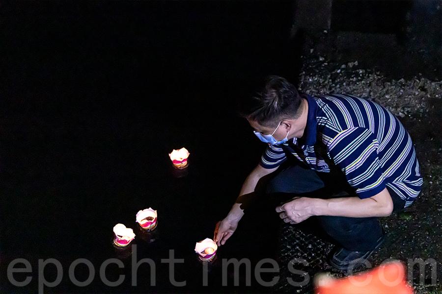 赤柱街坊福利會盂蘭勝會期間放水燈。(陳仲明/大紀元)