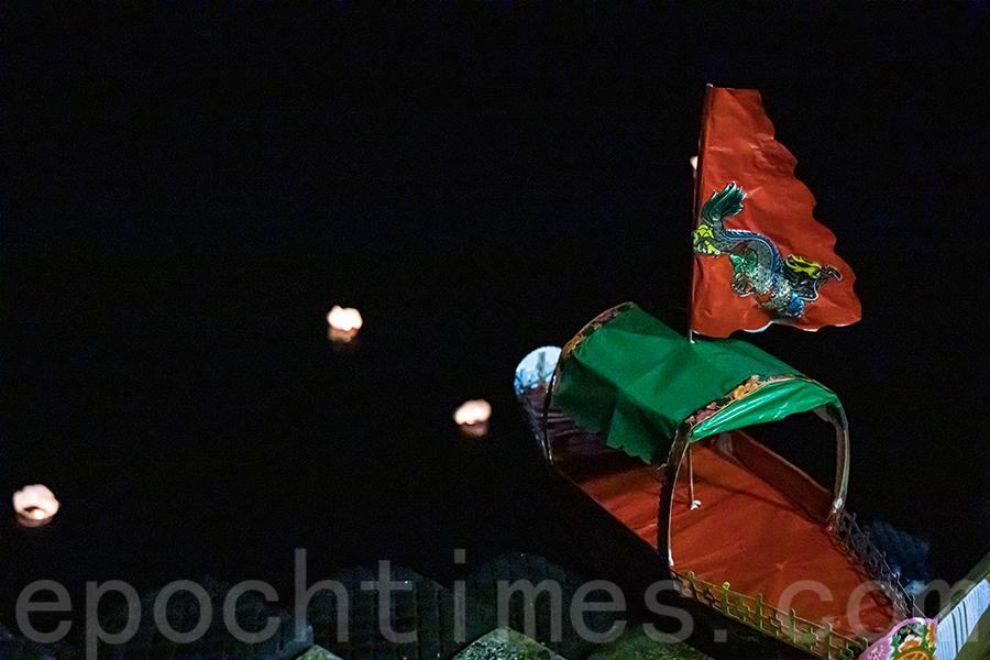 赤柱街坊福利會盂蘭勝會期間的放水燈和水船儀式。(陳仲明/大紀元)