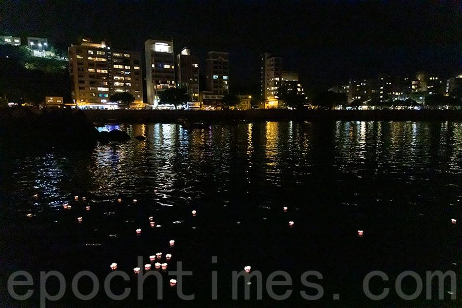 赤柱街坊福利會盂蘭勝會期間在赤柱卜公碼頭放水燈。(陳仲明/大紀元)