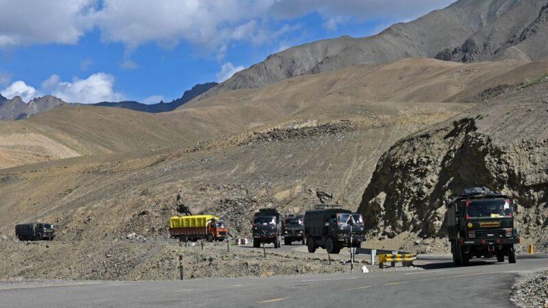 2020年6月29日,印度護送車隊經過喀什米爾地區。(TAUSEEF MUSTAFA/AFP via Getty Images)