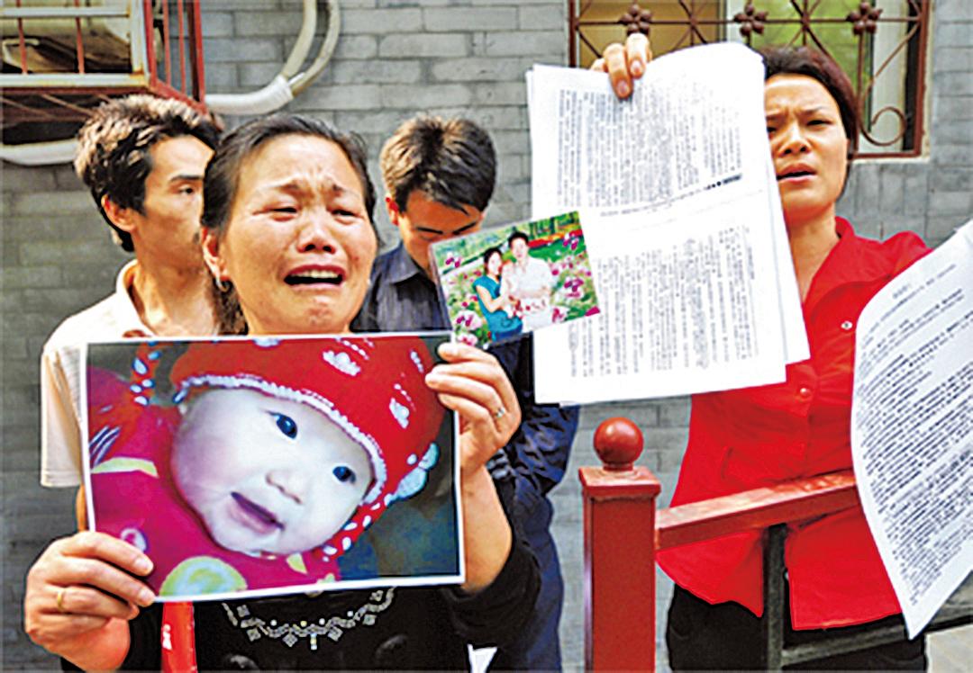 2008年三聚氰胺毒奶粉的受害家屬。(Getty Images)