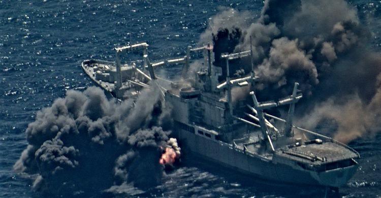美國擬組建小北約對抗中共、公開環太軍演軍艦、戰機發射多種導彈擊沈靶船的震撼畫面,被認為是威懾中共。(美國太平洋艦隊Facebook)