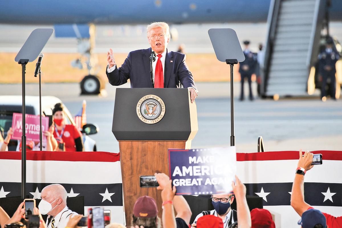 8月28日,特朗普總統在新罕布什爾州的競選活動上演講。(Getty Images)