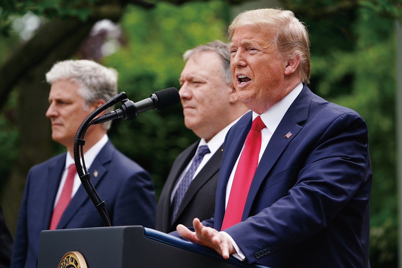 美國總統特朗普(右)、國務卿蓬佩奧(中)、國安顧問奧布萊斯(左)在白宮玫瑰園參加記者會。(MANDEL NGAN/AFP)