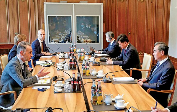 德國外長馬斯(左一)星期二(9月1日)與中共外長王毅(右一)會面。(AFP)