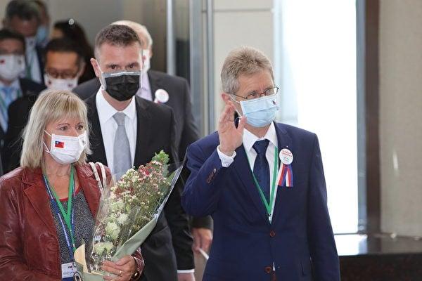 捷克參議院議長維斯特奇爾(Miloš Vystrčil)(右)2020年8月30日率團訪台,維斯特奇爾揮手向現場媒體致意。(林仕傑/大紀元)