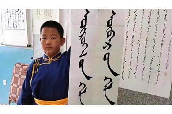 內蒙古學生手持「外語是工具,母語是靈魂」的標語,抗議中共當局推行以漢語取代蒙語的教學計劃。(南蒙古人權信息中心圖片)