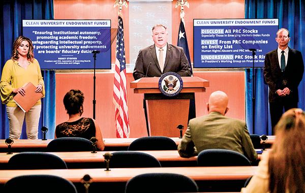 美國國務卿蓬佩奧(中)宣布確保美國大學乾淨投資和乾淨捐贈基金的三關鍵步驟。(AFP)