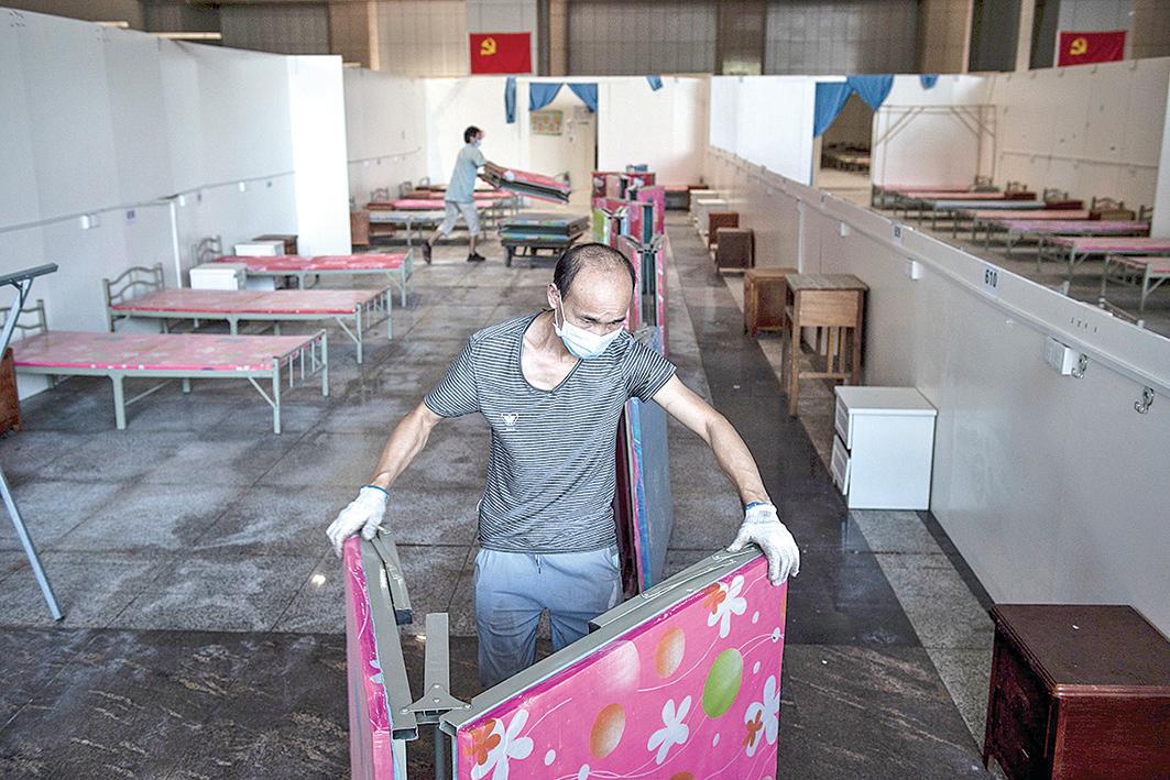 8月14日,武漢第一家方艙醫院在拆除中。(AFP)