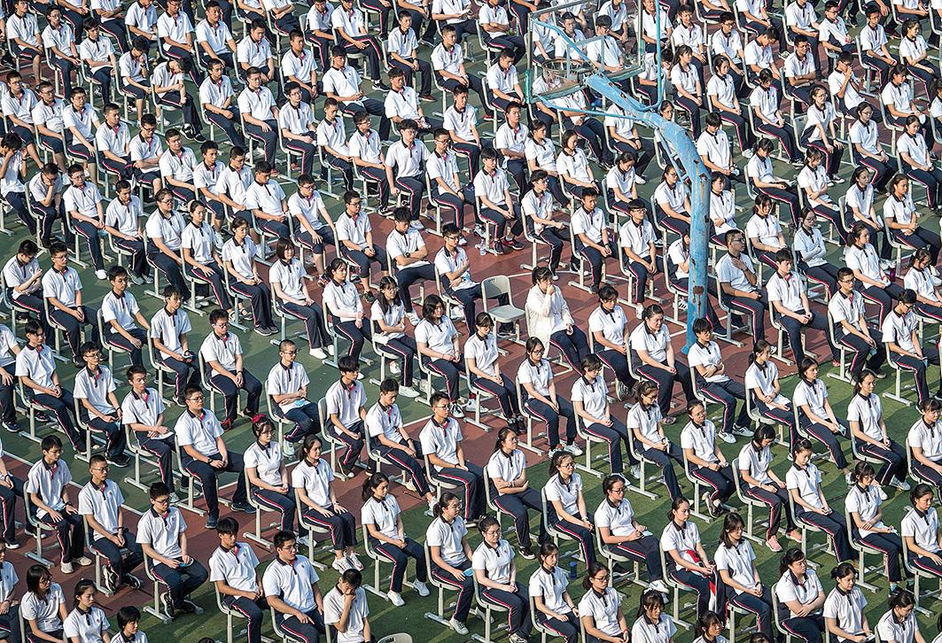 █ 雖然武漢疫情有嚴重反覆跡象,但學校的防護依然鬆懈。武漢中學1,500名學 生在操場活動,大多數學生都沒有戴口罩。(AFP)