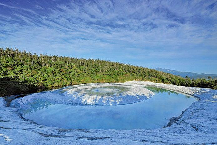 日本北海道的鏡沼在春雪融化時狀似龍的眼睛,因此被稱為「龍之眼」。(Shutterstock)