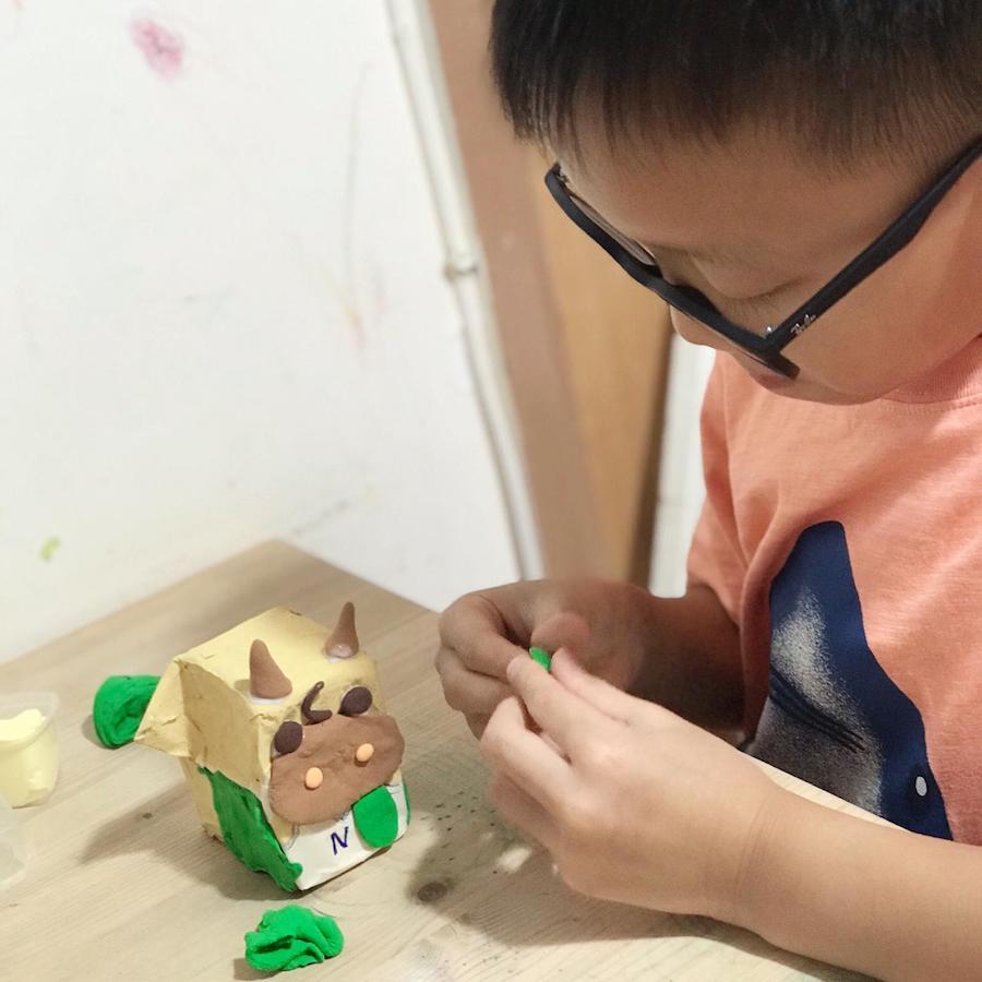 用不同顏色的黏土堆砌在紙包飲品盒上,捏出不同的形態。(Busymama提供)