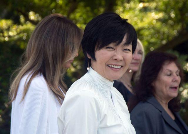 日本首相安倍晉三8月28日宣佈辭相,據悉首相夫人安倍昭惠事前一無所知,當天得訊後感到驚愕,腦子裏一片空白。(GASTON DE CARDENAS/AFP/Getty Images)