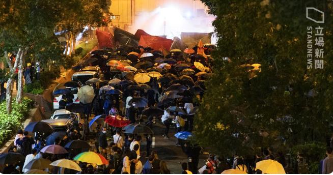 2019年11月18日在香港理工大學外,物資人鏈與前線抗爭者一起前進,大喊「入Poly,救學生」,期間水炮車曾多次發射水炮,不過未阻群眾前進營救理大被困者之決心。(《立場新聞》)