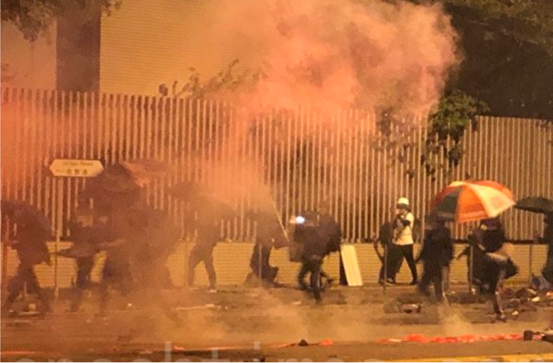 2019年11月18日凌晨,香港警察繼續在佐敦彌敦道交界不斷發射催淚彈。(余天祐/大紀元)