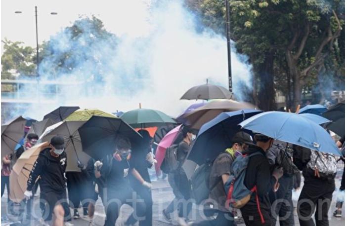 2019年11月18日凌晨,香港警察繼續在彌敦道不斷發射催淚彈,試圖阻擋「圍魏救趙」的市民。11月19日,多人在尖沙咀厚福街被拘捕,其中20人被控參與暴動。(余天佑/大紀元)