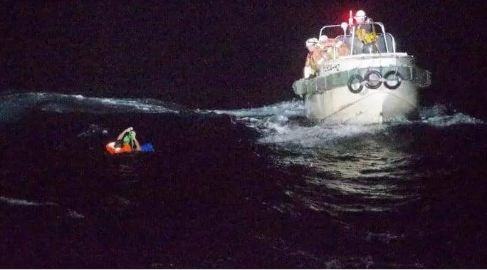 9月2日,日本海上保安廳在海上救起一名菲律賓籍船員。(網絡影片截圖)