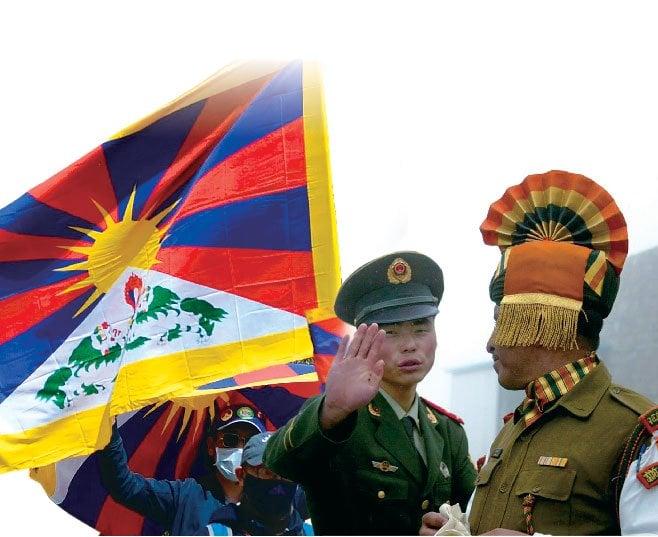 推特有一段印度軍隊歡欣鼓舞的慶祝影片,慶祝擊敗中共軍隊,畫面除了印度軍人外,還有人揮舞象徵西藏獨立、西藏「國家主權」的「雪山獅子旗」。(大紀元合成、Getty Images)