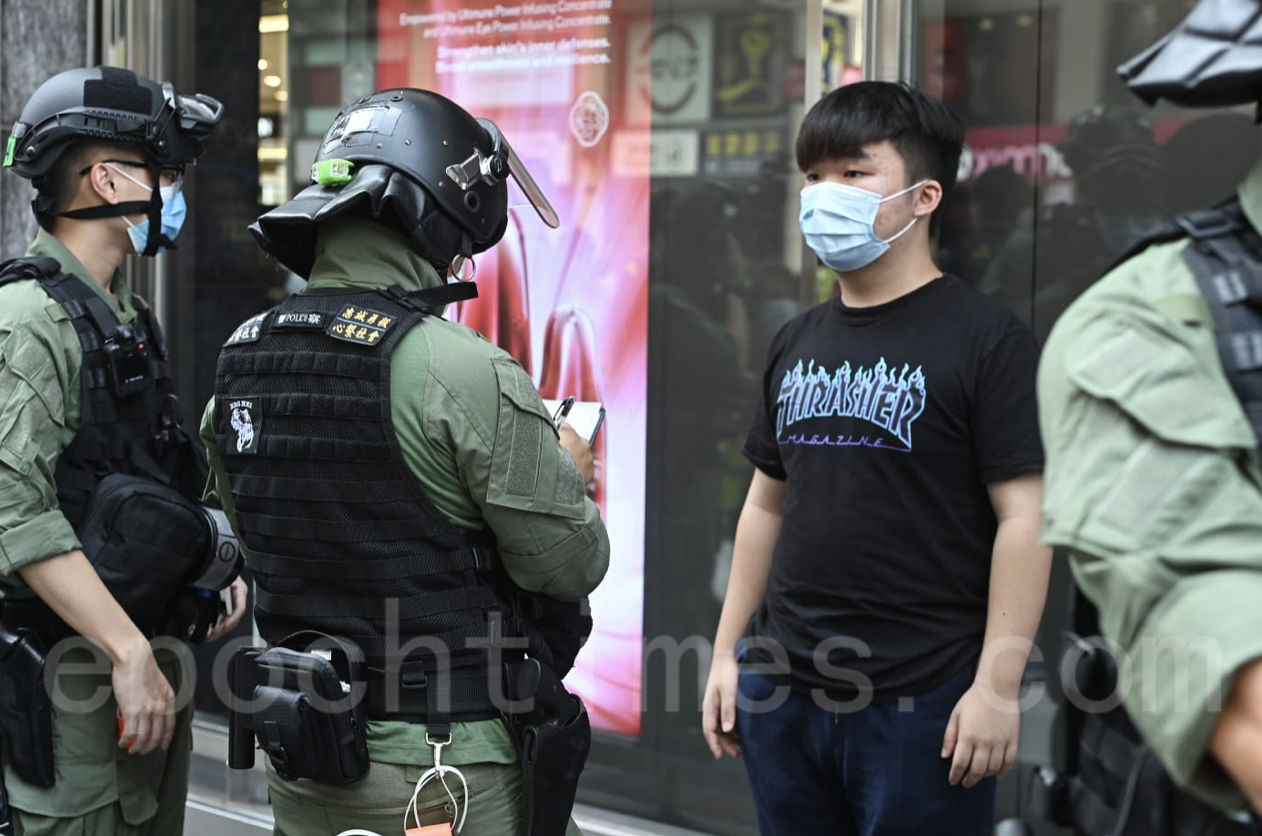 油麻地彌敦道防暴警察拉起封鎖線截查一年輕市民(宋碧龍/大紀元)