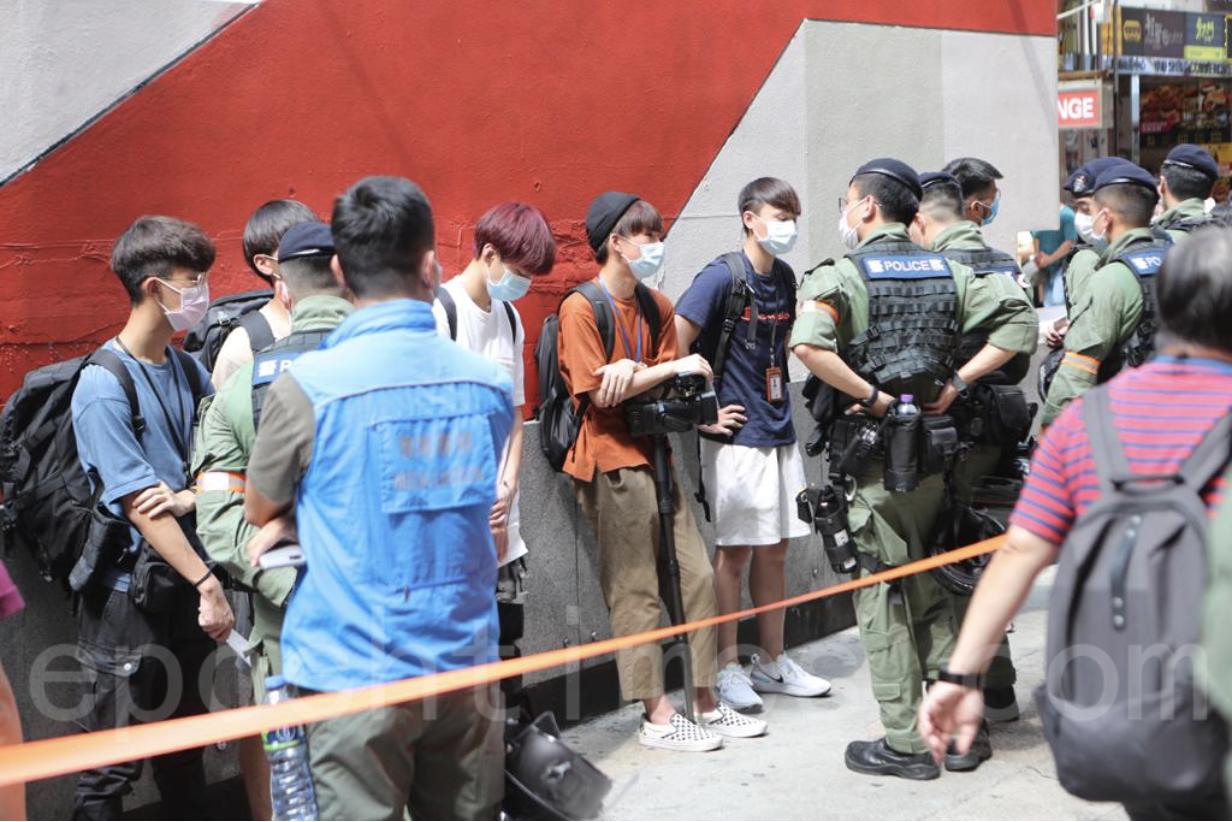 警察旺角拉起封鎖線,有記者被查證。(余鋼/大紀元)