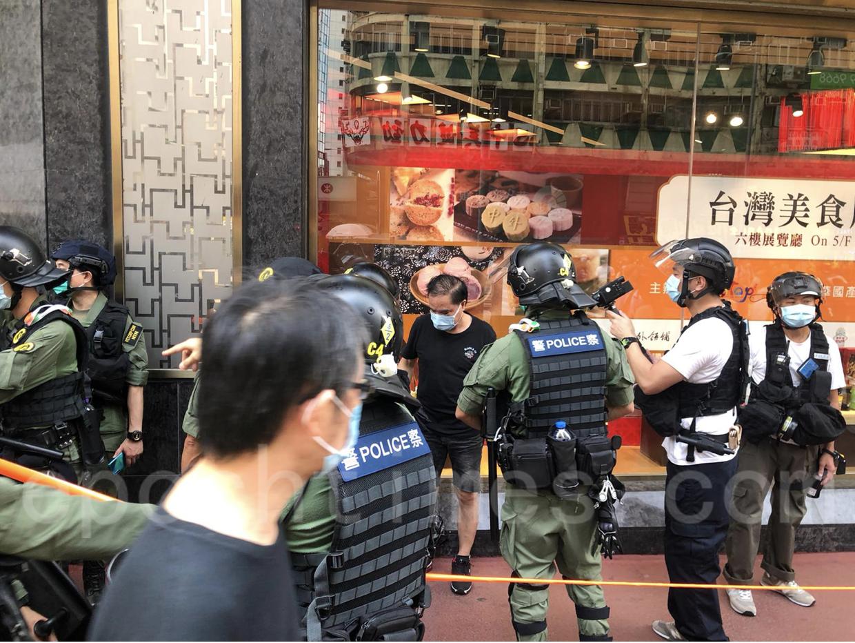 記者準備採訪他時,警方把他圍起來截查。(梁珍/大紀元)