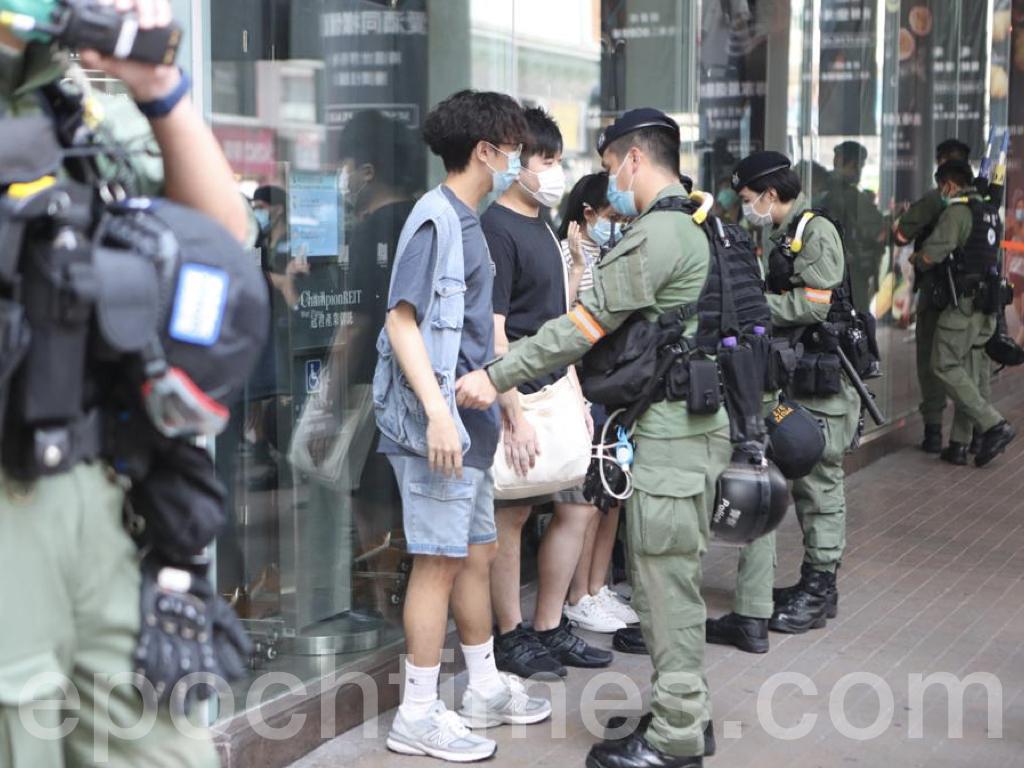 今日(9月6日),原定2020年立法會選舉投票日。一度有警方舉藍旗警告市民「遊行集會屬違法,可使用武力」,以及拉起橙線將大批市民和記者團團圍住,進行搜查等。(余剛 / 大紀元)