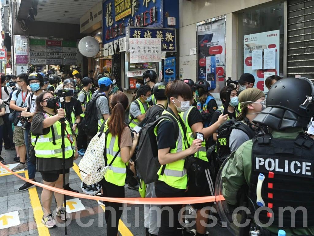 今日(9月6日),2020年立法會選舉投票日。一度有警方舉藍旗警告市民「遊行集會屬違法,可使用武力」,以及拉起橙線將大批市民和記者團團圍住,進行搜查等。(宋碧龍 / 大紀元)