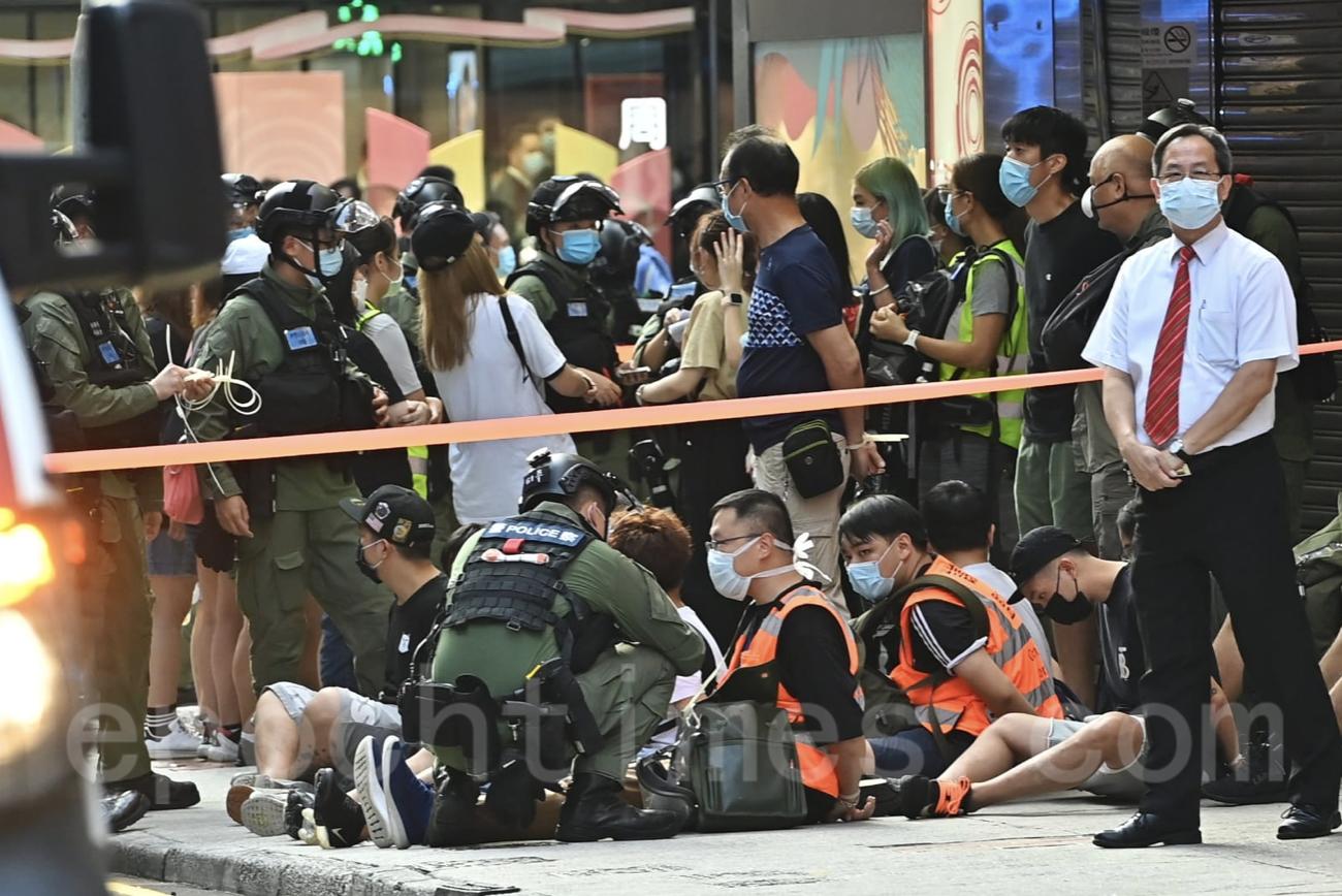 旺角大批市民被捕,席地而坐。(宋碧龍/大紀元)