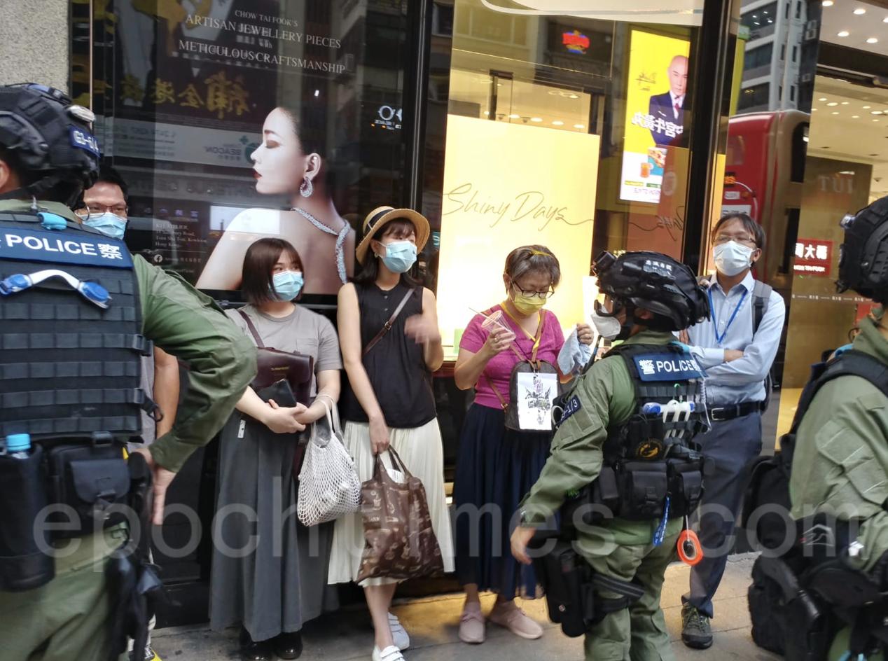 警察在旺角搜查市民,立法會議員譚凱邦(右一)也在現場。