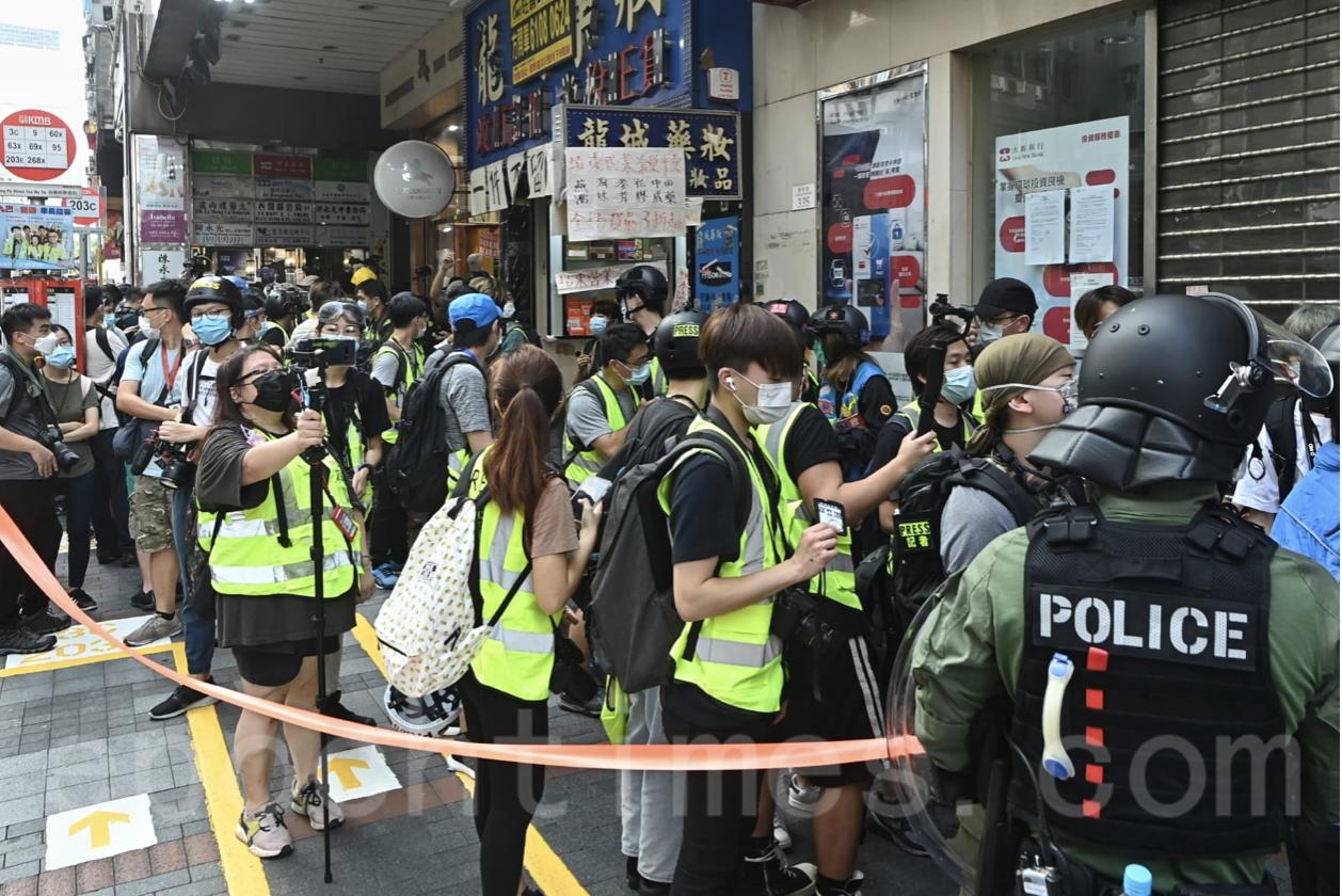 下午時分,油麻地有大量記者被防暴警察截查。(宋碧龍/大紀元)