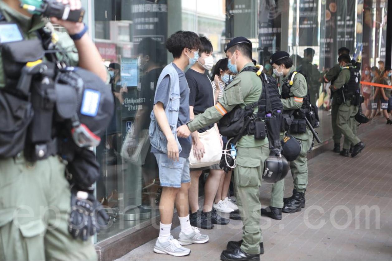 警方曾於朗豪坊舉藍旗,並拉起防鎖線截查市民。(余鋼/大紀元)