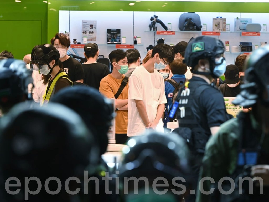 西洋菜南街衞訊店外被防暴警察拉起封鎖線封鎖,大批市民和記者遭到截查。(宋碧龍 / 大紀元)