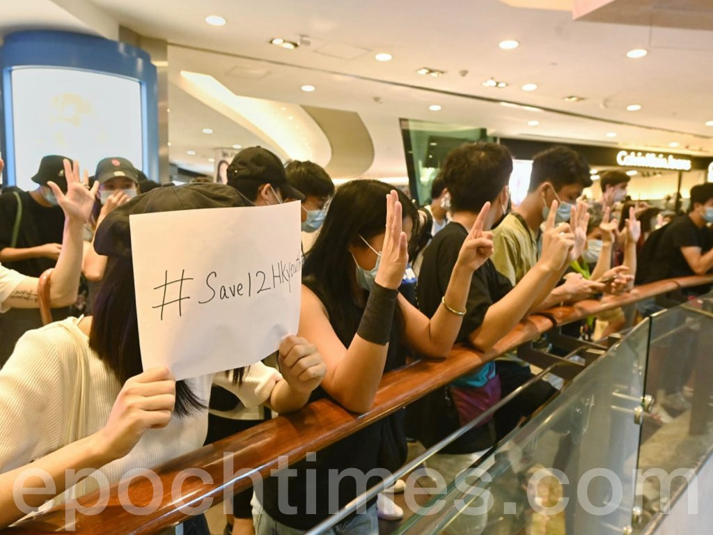 朗豪坊內大批抗爭的市民在不同的樓層高唱《願榮光歸香港》,並高喊「光復香港,時代革命」、「香港獨立,唯一出路」的口號。(宋碧龍 / 大紀元)