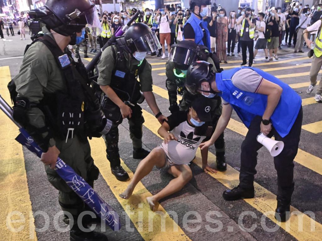 西洋菜南街一長者遭到警方制服及拘捕。(宋碧龍 / 大紀元)
