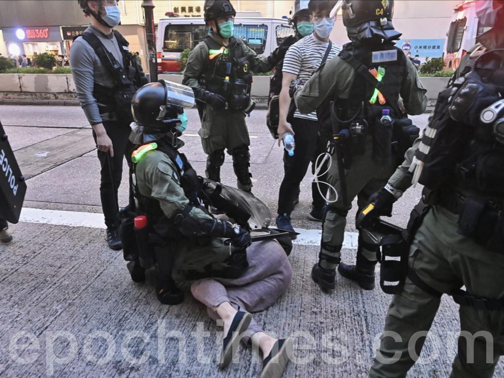全副武裝的防暴警察於彌敦道及豉油街交界處拘捕了數名男子,一名男子遭到警方的跪壓。(宋碧龍 / 大紀元)