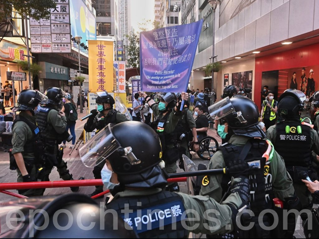 今日(9月6日)原定2020年立法會選舉投票日,一度有警方舉藍旗警告市民「遊行集會屬違法,可使用武力」,以及拉起橙線將大批市民和記者團團圍住,進行搜查等。(宋碧龍 / 大紀元)